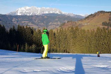 Skifahren auf Top-Pisten und drum herum ist es grün: So war es gerade in St. Johann in Salzburg. Die Wintersportfans harren dort des Naturschnees und der Kälte, die nun kommen soll.